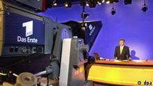 Claus-Erich Boetzkes, Tagesschau-Sprecher und -Moderator, bereitet sich am 13.11.2001 im Hamburger NDR-Studio auf den Beginn der ARD-Nachrichtensendung vor.