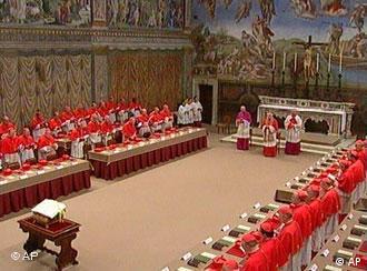 Cardeais reunidos a portas fechadas na Capela Sistina