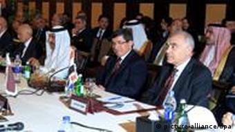 epa03016900 (L-R)Arab League Secretary General Nabil Alarabi ,Qatari Foreign Minister Hamad bin Jasim ,Turkey's Foreign Minister Ahmet Davutoglu , Egyptian Foreign Minister Mohamed Kamel Amr attend the Arab Foreign Ministers emergency meeting about Syria,in Cairo, Egypt, 27 November 2011. Arab League Foreign Ministers meet in Cairo later on 27 November to decide whether to rubber-stamp a set of sanctions on Syria drafted by their Economy Ministers after Damascus ignored a deadline designed to end its violent crackdown on protesters. Qatari Foreign Minister Hamad bin Jassim, who heads the league's ministerial committee on Syria, arrived in Cairo early Sunday. Turkish Foreign Minister Ahmet Davutoglu was also expected to take part in the talks. On 26 November, its Economy Ministers drafted a set of sanctions, which include a ban on travel by senior Syrian officials and the suspension of trade links. EPA/KHALED ELFIQI +++(c) dpa - Bildfunk+++