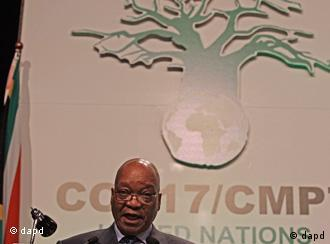 South African President Jacob Zuma speaks during the opening ceremony of the climate conference in the city of Durban, South Africa, Monday, Nov. 28, 2011. International negotiations have opened under the U.N. climate treaty to seek ways to curb ever-rising emissions of climate-changing pollution. South African President Jacob Zuma is to address delegates from more than 190 countries who will try to resolve differences between rich and poor countries on responsibilities for emissions cuts.(Foto:Schalk van Zuydam/AP/dapd)
