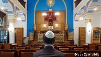 Ein Jude sitzt in der Synagoge