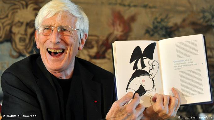 Tomi Ungerer holds up a book of his sketches (picture-alliance/dpa)