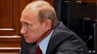 Präsident Medwedew (l.) und Ministerpräsident Putin reden an einem Tisch sitzend (Foto: AP/dapd)