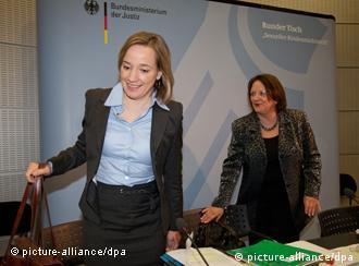 Die Ministerinnen Leutheusser-Schnarrenberger (r.) und Schröder bei der Präsentation des Berichts (Bild: dpa)