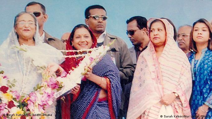 Premierministerin von Bangladesch Sheikh Hasina grüßt berühmte Schauspielerin und Abgeordnetin von Bangladesch Sarah Kabori Datum: Januar 2010Eigentumsrecht: Sarah Kabori/Nur Uddin, Dhaka, Bangladesch Nur Uddin, Personal Secretary of Sarah Kabori MP, has sent these photos and authorised DW to use these for website.