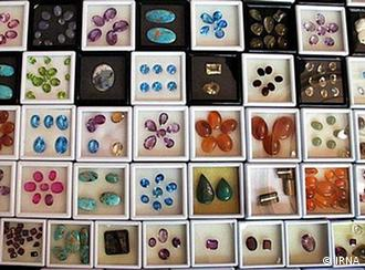مجموعهای از سنگهای تزئینی قیمتی ایران در قم. ۷۰ درصد عوارض گمرکی صدور این سنگها را مشکل کرده است.