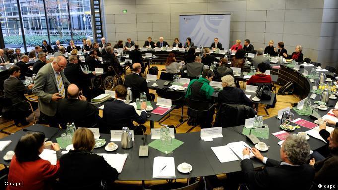 Teilnehmer des Runden Tisches gegen sexuellen Missbrauch während einer Sitzung im Justizministerium in Berlin (Foto: dapd)