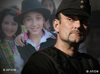 Ein in schwarze Uniform gekleideter Mann im Vordergrund und Abbildungen von Roma-Kindern im Hintergrund (Foto: AP/DW)