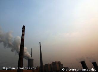 Rauchende Schornsteine vor blauem Himmel (Foto: epa)