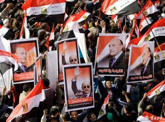 Egyptians hold posters supporting Omar Suleiman, Egypt's vice president in late January, during a rally in support of the ruling supreme council of the armed forces, SCAF, at Abbasiya Square, in Cairo, Egypt, Friday, Dec. 2, 2011. Islamists appear to have taken a strong majority of seats in the first round of Egypt's first parliamentary vote since Hosni Mubarak's ouster, a trend that if confirmed would give religious parties a popular mandate in the struggle to win control from the ruling military and ultimately reshape a key U.S. ally. Arabic read We demand Suleiman to candidae for Presidency , dignity better than food, Soleiman : Egypt in danger . (Foto:Amr Nabil/AP/dapd)