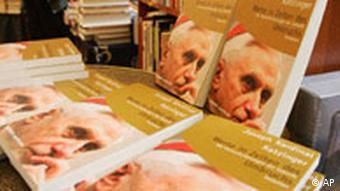 Galerie: Papst Benedikt Bild 1, Päpstliches Buch