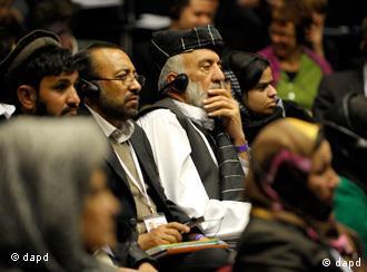 Der afghanische Stammesführer Mohammad Issa (3.v.l.) sitzt in Bonn beim zivilgesellschaftlichen Forum Afghanistan, einer Vorbereitungskonferenz zur Afghanistan-Konferenz, im Publikum (Foto: dapd)