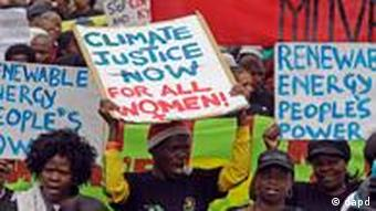 People shout as they take part in a rally as the climate conference takes place in Durban, South Africa, Saturday, Dec. 3, 2011. Outside the conference hall, several thousand activists, South African village women, and trade union members paraded through this port city for a march billed as a global day of protest. (Foto:Schalk van Zuydam/AP/dapd)