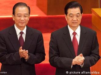 JAHRESRÜCKBLICK 2011 - ARCHIV - chinas Staats- und Parteichef Hu Jintao (R) und Premier Wen Jiabao kommen am 01.07.2011 in die Große Halle des Volkes in Peking. In der Ungewissheit der Weltwirtschaftskrise steht China vor einem Machtwechsel. Eine neue Führungsgeneration soll im nächsten Jahr das Ruder in die Hand nehmen. Mächtige Fraktionen ringen um Einfluss und Posten. Nur zwei Personalien erscheinen heute ziemlich klar. Eine davon: Vizepräsident Xi Jinping (58) soll neuer Staats- und Parteichef werden und den dann 70-jährigen Hu Jintao beerben. Vizepremier Li Keqiang, soll jetzt aber die Nachfolge von Regierungschef Wen Jiabao (69) antreten. EPA/ADRIAN BRADSHAW (zu dpa-Korr China im Übergang: Tauziehen vor Machtwechsel am 01.12.2011) +++(c) dpa - Bildfunk+++