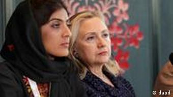Selay Ghaffar sitzt neben US-Außenministerin Hillary Clinton, (Foto: Pool/AP/dapd)