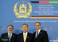 گیدو وستروله، وزیر خارجه آلمان (چپ) در کنار بان کی مون، دبیرکل سازمان ملل و زلمای رسول، وزیر خارجه افغانستان