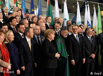 Front row from left, EU foreign policy chief Catherine Ashton, U.S. Secretary of State Hillary Rodham Clinton, U..N. Secretary-General Ban Ki-moon, German Chancellor Angela Merkel, Afghan President Hamid Karzai, German Foreign Minister Guido Westerwelle, and Afghan Foreign Minister Zalmay Rassoul joins foreign ministers and world leaders for a group photo during an international conference on the future of Afghanistan, in Bonn, Germany, Monday, Dec. 5, 2011. (Foto:J. Scott Applewhite, Pool/AP/dapd)