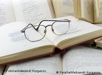 Очки лежат на книге