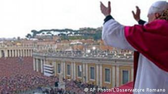 Der neue Papst Benedikt XVI. grüßt und segnet die Gläubigen in Rom
