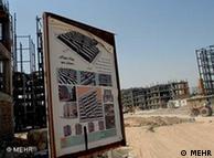 منتقدان میگویند بسیاری از وعدههای اقتصادی محمود احمدینژاد، از جمله طرح خانهسازی عملی نشده است
