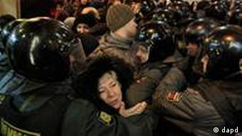 Police push people out from a square to prevent a protest against alleged vote rigging in Russia's parliamentary elections in Triumphal Square in Moscow, Russia, Wednesday, Dec. 7, 2011. Protesters energized by the declining electoral fortunes of Russia's ruling party try for a third straight night of demonstrations in Moscow, facing off against a heavy police contingent.(Foto:Ivan Sekretarev/AP/dapd)