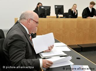 Im Landgericht Augsburg (Schwaben) sortiert der Beklagte Georg Rehm am Mittwoch (07.12.20111) seine Unterlagen. Eine Frau verklagte den Auktionator auf Schadensersatz. Er soll einen Teppich der Frau mit einem Wert von 900 Euro viel zu niedrig geschätzt haben. Bei einer Auktion in Augsburg wurde er für 19 000 Euro verkauft - wenige Monate später erzielte das Stück aus dem 17. Jahrhundert dann in London den Rekordpreis von umgerechnet 7,2 Millionen Euro. Foto: Stefan Puchner dpa/lby