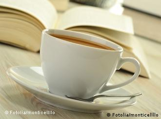 Kaffeetasse neben aufgeschlagenem Buch (Foto: Fotolia)