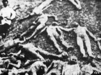 Die Leichen getöteter Armenier in einem Massengrab.