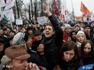 Demonstrantenmenge mit Plakaten und Fahnen (Foto: AP/dapd)