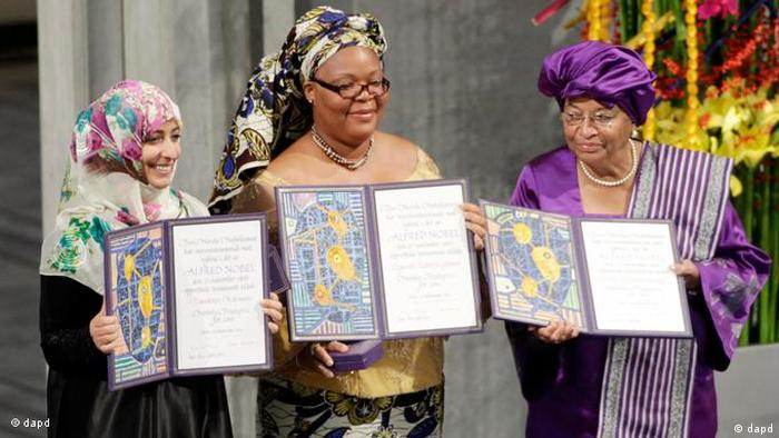 Tawakkul Karman, Leymah Gbowee and Ellen Johnson-Sirleaf holding up their diplomas (dapd)