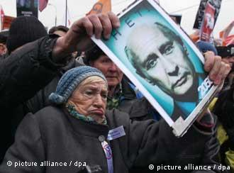 epa03029968 An elderly Russian elderly woman shouts, while holding a portrait of Prime Minister Vladimir Putin with text 'No' during a protest rally against alleged vote rigging in Russia's parliamentary elections, Moscow, Russia, 10 December 2011. Some 50,000 protesters who claim last weekend's Russian parliamentary elections were stolen by the ruling party demonstrated 10 December in Moscow, calling for a rerun of the poll. It was the biggest demonstration to take place in the capital for a decade. EPA/SERGEI ILNITSKY +++(c) dpa - Bildfunk+++