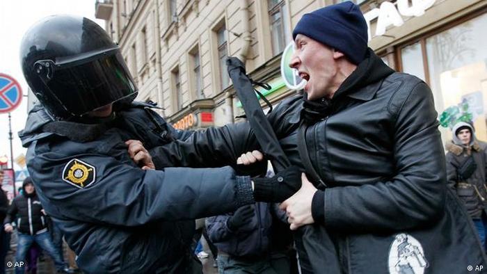 Proteste in Russland Demonstration Unmut Wahlergebniss Strasse Fahnen (AP)