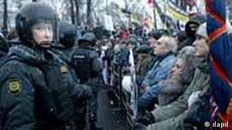 Polizisten und Demonstranten in Moskau(Foto: dapd)