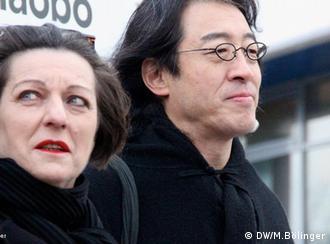 Protest vor chinesischer Botschaft: Leere Stühle für Liu Xiaobo Die Schriftstellerin Herta Müller und der Dichter Bei Ling 10.12.11 in Berlin