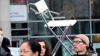 Protest vor chinesischer Botschaft: Leere Stühle für Liu Xiaobo Viele der Demonstranten hatten eigene Stühle mitgebracht 10.12.11 in Berlin
