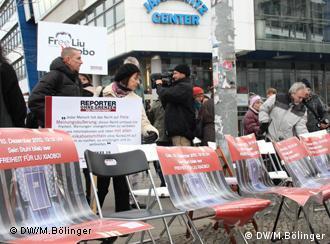 Protest vor chinesischer Botschaft: Leere Stühle für Liu Xiaobo Eine Reihe von leeren Stühlen erinnert daran, dass der Friedensnobelpreisträger immer noch im Gefängnis sitzt. 10.12.11 in Berlin