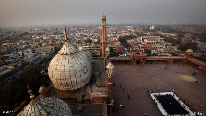 In this Thursday, Dec. 8, 2011 photo, a bird's eye view of Red Fort and Jama Mosque are seen from one of the minaret of the Mosque in New Delhi, India. It was a century ago in 1911, in a tent city of 25,000 people built on the plains of north India, that King George V who came to India to be crowned Emperor stood before princes and maharajahs, soldiers and bureaucrats, and made a surprise announcement that Delhi would be the new capital of India. But in a country where just about any anniversary is cause for an official celebration this obvious one is slipping past nearly unnoticed. There are no parades or festivities to mark the Dec. 12, 1911 announcement. (Foto:Manish Swarup/AP/dapd)