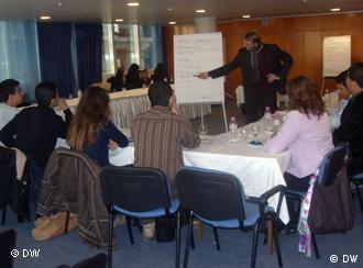 طلاب تونسيون شباب يشاركون في مؤتمر حول الديمقراطية