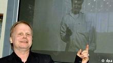 Der Sänger Herbert Grönemeyer stellt am Donnerstag (31.03.2005) in Berlin einen Spot der weltweiten Aktion gegen Armut vor. 270 Entwicklungs- und Hilfsorganisationen aus 60 Ländern, die sich an der Kampagne beteiligen, fordern die Umsetzung der UN-Milleniumsziele zur Beseitigung der extremen Armut. Foto: Bernd Settnik dpa/lbn +++(c) dpa - Report+++