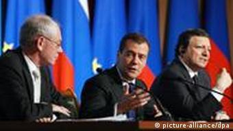 EU-Ratspräsident Van Rompuy, Medwedew und EU-Kommissionspräsident Barroso vor Journalisten (v.l.), (Archivfoto vom Juni 2010: dpa)