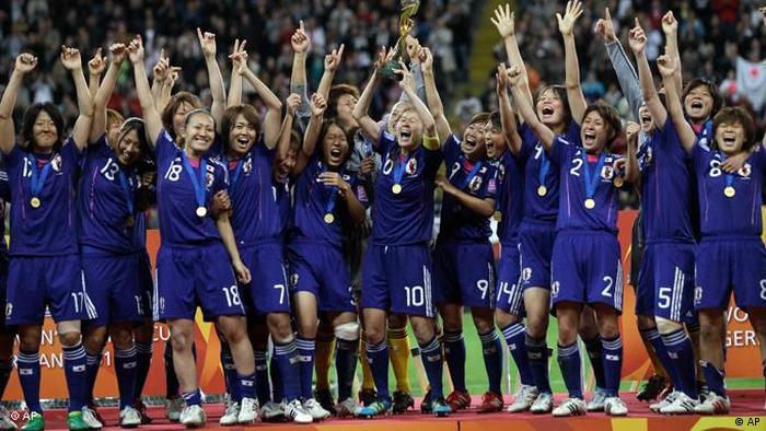 قهرمانی جام جهانی فوتبال زنان در سال ۲۰۱۱ نصیب ملیپوشان ژاپن شد که در دیدار نهایی توانستند آمریکا را در ضربات پنالتی شکست دهند و به عنوان نخستین تیم آسیایی بر این جام بوسه زنند. پیکار میان دو تیم در وقت قانونی و اضافه با تساوی ۲ بر ۲ به پایان رسیده بود.