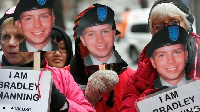 Aktivisten halten Schilder mit Konterfei von Manning ) Foto: Jacquelyn Martin/AP/dapd