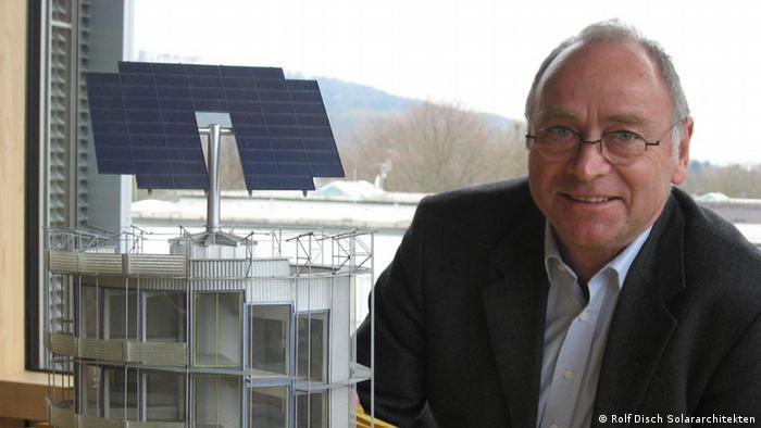 Solararchitekt Rolf Disch mit dem Modell seines ersten Plusenergiehaus. Copyright: Rolf Disch Solararchitekten