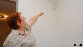 Energiesparberaterin Sofia Prokudina erklärt die Lüftungsanlage in der Wohnung Copyright: FSB Datum: 2011 Die FSB stellt die Fotos der Deutschen Welle unbegrenzt zur Verfügung *** eingestellt Dezember 2011