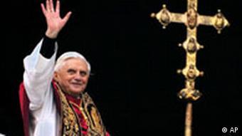 Papst Benedikt mit Kreuz