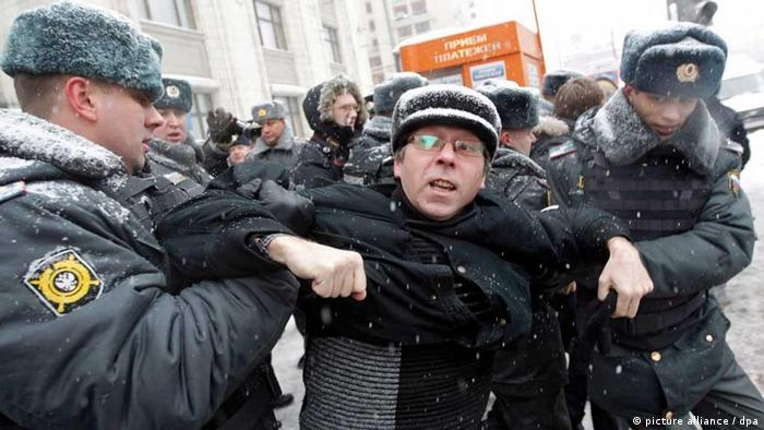epa03040139 Russian police officers detain a protester outside the State Duma during it's first session after elections, in Moscow, Russia, 21 December 2011. Reports state that the majority in the state Duma belongs to pro-Kremlin United Russia party, with near 50 per cent of the seats, after alleged mass violations during parliament elections. EPA/YURI KOCHETKOV +++(c) dpa - Bildfunk+++