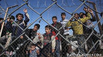 Στιγμιότυπο από έγκλειστους μετανάστες σε καταυλισμό στον Έβρο