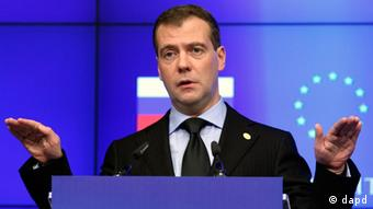 Russia's President Dmitriy Medvedev gestures as he addresses the media at the European Council building in Brussels for the twice-yearly EU-Russia meeting, Thursday, Dec. 15, 2011. (Foto:Yves Logghe/AP/dapd)