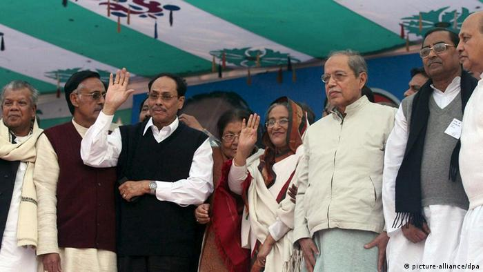 Bangladeshi Grand Alliance leader Sheikh Hasina (c) ex president HM Ershad (2L) wave to the supporters while another ex president AQM Badruddoza in (3R) during the grand rally organized by the Grand Alliance led by Awami League at Paltan, Dhaka on Wednesday 10 January 2007. Sheikh Hasina announced new blockade programs to pile pressure on the interim government to cancel the eletion on January 22 polls and pave the way for a proper election for all.EPA/ABIR ABDULLAH +++(c) dpa - Report+++