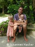 Счастливая босоногая семья: Йоханнес Хакер с детьми
